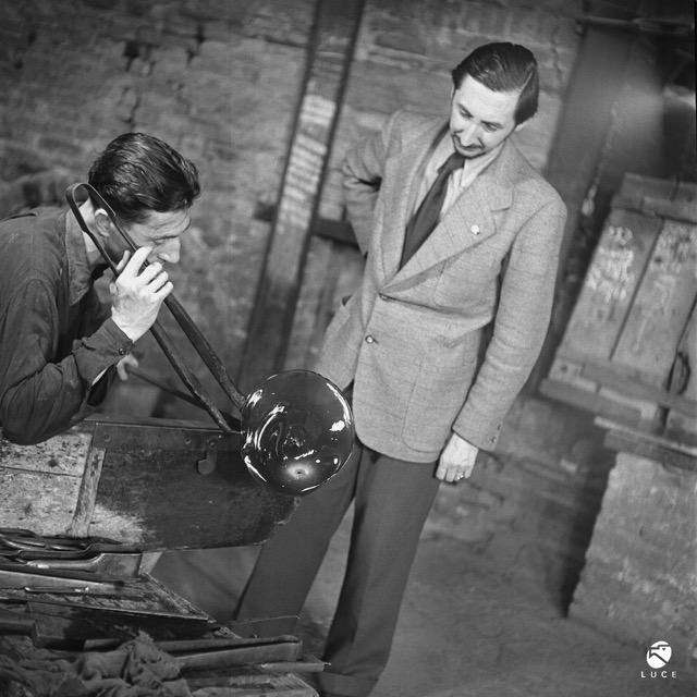 Carlo Scarpa with Arturo Biasutto in the Venini factory.